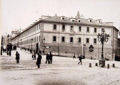 1932-Calle de Bailen antes del derribo de las Caballerizas Reales
